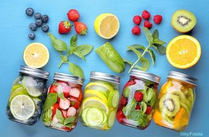 Infused Water ist reines Wasser, dass mit Kräutern, Früchten oder Gemüse aromatisiert wird. Der gesunde Erfrischungsdrink ist nicht nur reich an Mineralien!