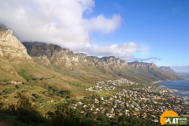 Der #Tafelberg ist das Wahrzeichen von #Kapstadt. Von hier aus hat man einen traumhaften Blick auf die zweitgrößte Stadt in #Suedafrika.