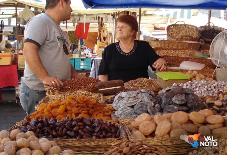Fera 'o Luni a Catania - I mercati di Catania sono diverse attività commerciali dislocate per tutto il territorio comunale di detta città.