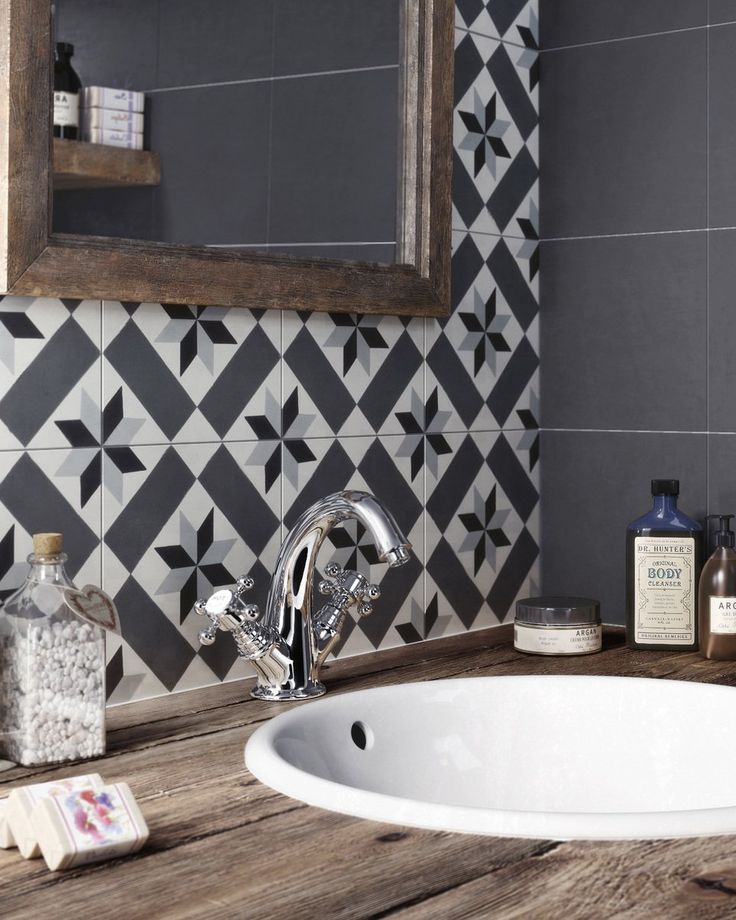 carreaux de ciment deco salle de bain LOVE THE GORGEOUS BLACK & WHITE TILE WHICH LOOKS FABULOUS WITH THE WHITE BASIN & STUNNING TAP FITTINGS!! ♠️