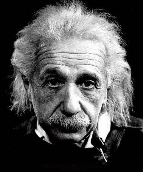 Frases e pensamentos de Albert Einstein. Albert Einstein (1879 - 1955) foi um físico e humanista alemão, autor da teoria da relatividade, e recebeu o Prêmio Nobel de Física de 1921.