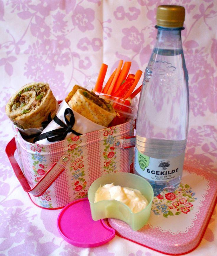 Første madpakke er blomkålswrap med avocadocreme, tørstegt oksekød og chilisauce. Hertil agurke-, gulerod- og peberfrugtssrave + hvidløgsmayo til dip. Wrappen er lavet af to æg, 1-2 håndfulde ost, 1 håndfuld blomkålsris og 1 tsk. husk, der er rørt sammen, lagt på en bageplade og bagt i ovnen i 10-15min. :)