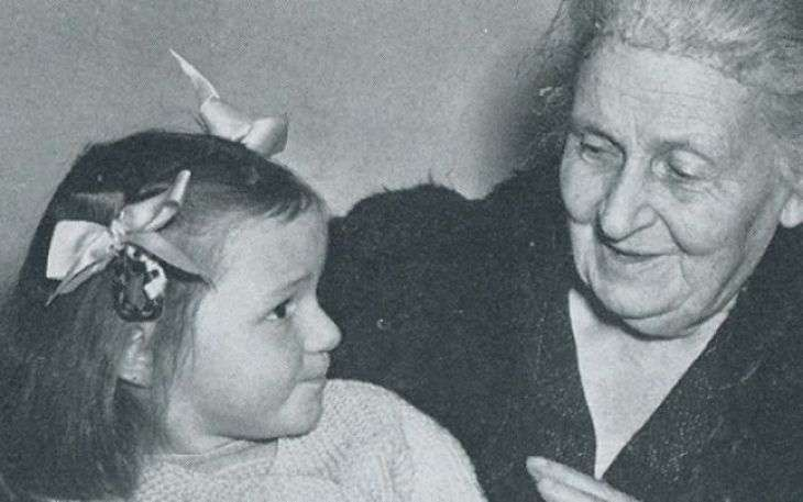 Maria Montessori s-a nascut in Italia in 1870 si desi initial planul sau era sa devina inginer a abandonat aceasta posibila cariera pentru a deveni medic.   A demonstrat ca fiecare copil este o personalitate unica, independenta, care invata cel mai usor prin activitate individuala practica, deveni