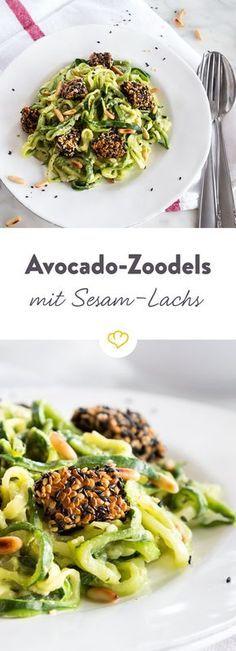 Mit Zoodles wird die Lachspasta Low Carb: Zucchini zu Gemüsenudeln verarbeiten, Lachs in Sesam wälzen und Avocado und Basilikum zu Pesto mixen.