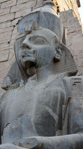 Fête d'Opet (départ d'Amon de Karnak en barque pour le temple de Louxor) Visite en fin de journée le 1er jour Ce temple est dédié à Amon et pharaon. Il fut construit par Aménophis III et Ramsès II. Son deuxième obélisque est à Paris.