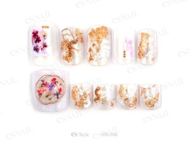 大人気のネイルデザインの押し花ネイル。華奢で繊細に、上品に美しく咲く押し花ネイルに引きこまれます♡そんな魅力的な押し花ネイルを秋の指先にもトッピングしてみませんか?秋らしいくすみカラーやべっ甲ネイルと組み合わせれば、また違う押し花ネイルが楽しめますよ!秋の押し花ネイルデザインをご紹介します♡
