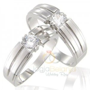 Cincin pasangan berbahan perak ini tersusun dari desain yang tegas berupa garis sejajar di muka cincin. Dengan seri Cincin Kawin Anargya, cincin ini menawarkan warna perak yang berkilau dengan fini…