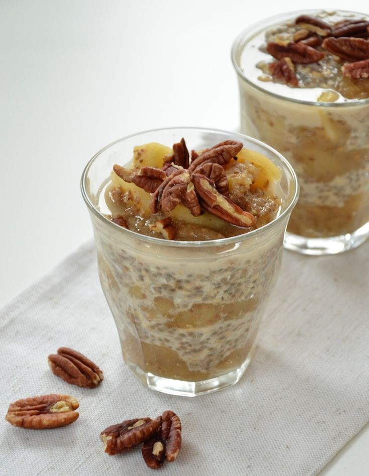 Lekker, gezond ontbijt voor in het weekend: appelcompote met haver en chiazaad. Laat de haver en chiazaad een nacht weken en maak appelcompote zonder suiker