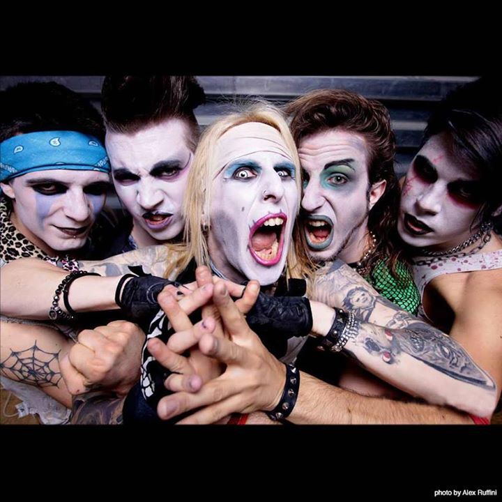 YOUBITI vi presenta con un brivido i suoi associati SUPERHORRORFUCK ! La perfetta Zombie Party #Band, sempre in grado di conquistare il cuore (e altre parti del corpo) del suo pubblico. Tre album alle spalle con ottime recensioni, tonnellate di concerti suonati non solo in Italia, condividendo il palco con band famose. Sesso, Sangue e #Rock'n'Roll è la loro filosofia, ma è impossibile descrivere il loro sound: dovete vedere uno dei loro memorabili live…