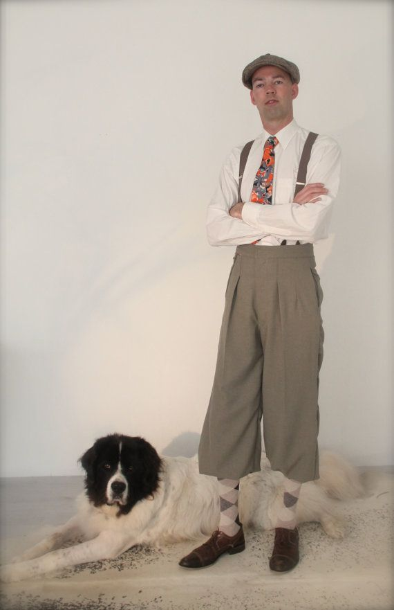 These Plus fours are very suitable for exploring the outdoors such as tweed rides and vintage pick nique. Wear the knickerbocker with agryle socks and braces. The Plus fours are made from a wool- linen mix in a grey blend. The plus fours have a fishtail back with a strap, two pleats in the front, a small watch pocket, two side pockets and two welt pockets with loop holes and buttons at the back. There are buttons sewn on the inside for the suspenders. Under the knee the knickerbockers are…