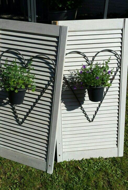 DIY oude louvre deurtjes opknappen met witte beits en dan een ijzeren hart en campanula erop maken