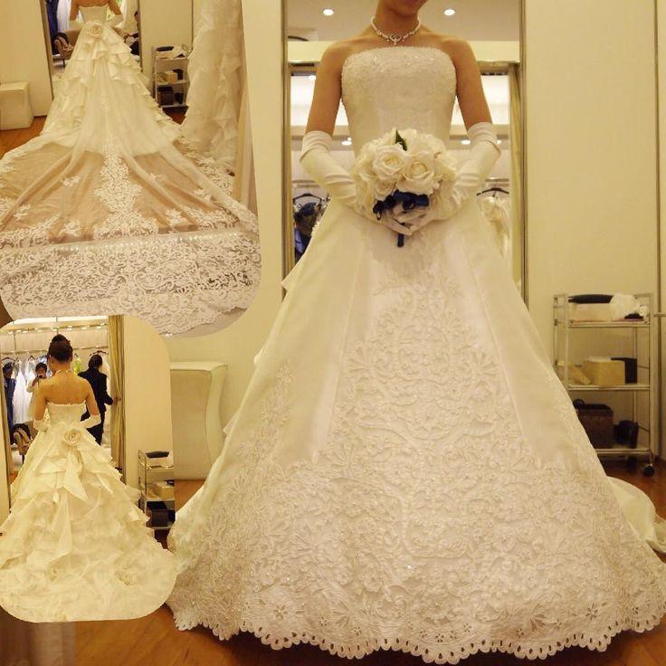 \シュマーレーン/ 380000  アニヴェルセル#シュマーレーン  王道は着ておきたいと思ってお願いしました この#ロングトレーン あのブルーのバージンロードに透けると思うとアニ嫁が惹かれるのも納得  ラウンドカップのこのドレスはお胸の安定感がお上品そしてドレスの形の綺麗さ 今までのドレスよりウエストが細く見える人気No.1にも納得彼もWDの中で一番と気に入っていました  がバックはリボンが理想な私 あとトレーンにちょいちょいと付いてるお花が気になる 変更は出来るみたいだけど大人っぽいシュマーレーンは私向きではないかも #タカミブライダル#TAKAMIBRIDAL #ドレスレポ #ドレス試着#ウェディングドレス#アニヴェルセル #アニヴェルセル表参道 #アニ嫁 #プレ花嫁 #2016秋婚 #2016aw by mari.11.05