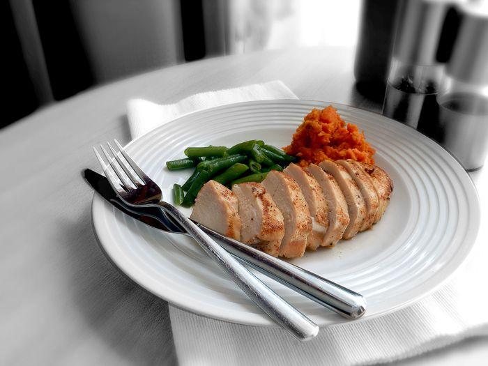 Sült csirkemell párolt zöldbabbal édesburgonyával  csontlevesben párolva