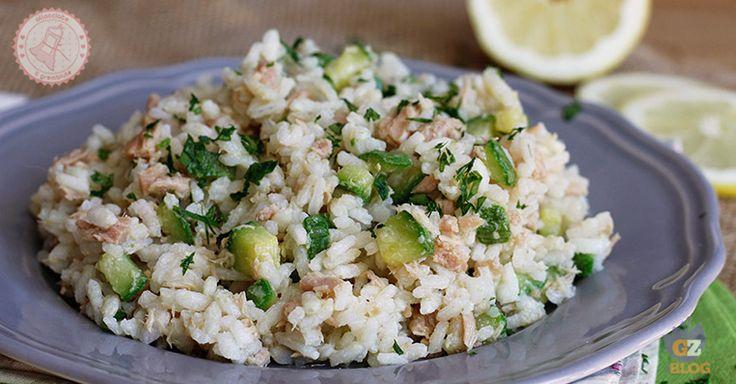 Il riso freddo tonno e zucchine un'insalata di riso diversa fresca, leggera e gustosissima che si prepara facilmente e perfetta da portare al mare.