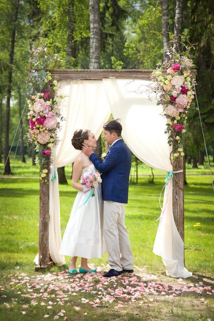 Летняя,сказочная свадьба.Деревянная арка оформлена гортензией,малиновыми пионами,лизиантусом,кустовой розой, зелень-эвкалипта.Ветки корилуса предают данной композиции более натуральный характер.