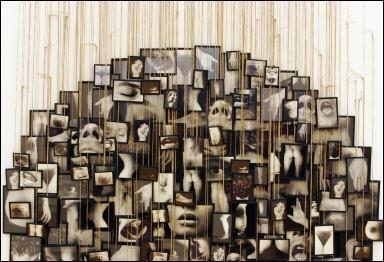 Annette Messager. Artiste française contemporaine et plasticienne née le 30 novembre 1943 à Berck-plage. Elle a notamment réalisé des installations incorporant diverses techniques artistiques dont la photographie ou le dessin. Elle est mariée avec Christian Boltanski.
