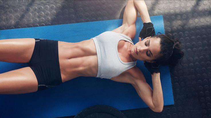 Avoir des abdos en béton, oui, mais sûrement pas au prix de longues heures passées à s'entraîner dans une salle de sport! Rassurez-vous, il n'est pas nécessaire de s'astreindre à un véritable entraînement militaire pour posséder une sangle abdominale ferme. Voici nos conseils pour renforcer vos muscles abdominaux en réalisant des exercices simples directement chez vous en seulement quelques minutes.