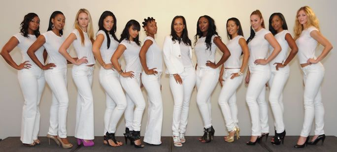 White Jeans For Women - How To Wear? - This year a lot has been going on in the fashion industry (when it comes to jeans). Skinny jeans were fighting to stay on top because ripped jeans have been pushing through and there was a new comeback. Mom jeansaka high-waisted jeans are coming back. But what happened to casual white jeans for ...