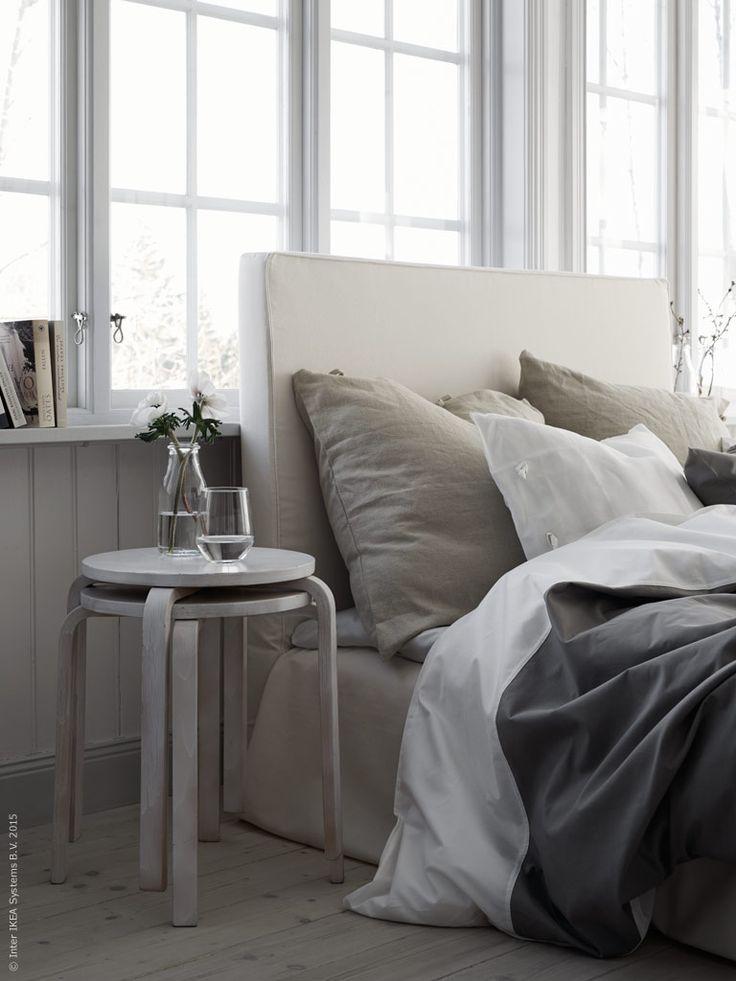 Nusläpper vi in våren och ljuset och inreder sovrummet helt i vitt och pudriga toner. FROSTA pall har fått ett par lager vit sprayfärg för en patinerad look. IVRIG glas och ENSIDIG vas. Stylist Pella Hedeby.