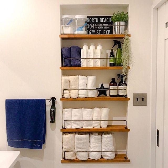 女性で、4LDKのエアプランツ/100均/グリーンのある暮らし/観葉植物/リピート品/タオル棚…などについてのインテリア実例を紹介。「洗面所のタオル棚にリピート物がたくさん! 右上のセリアの植木鉢はシンプルで可愛いから色んなとこに置いてます。 マーチソンヒュームもリピート買い。 左上のダイソーの入れ物も大きさも大小あるから色々使えてリピート買い(о´∀`о)」(この写真は 2017-06-21 07:07:10 に共有されました)