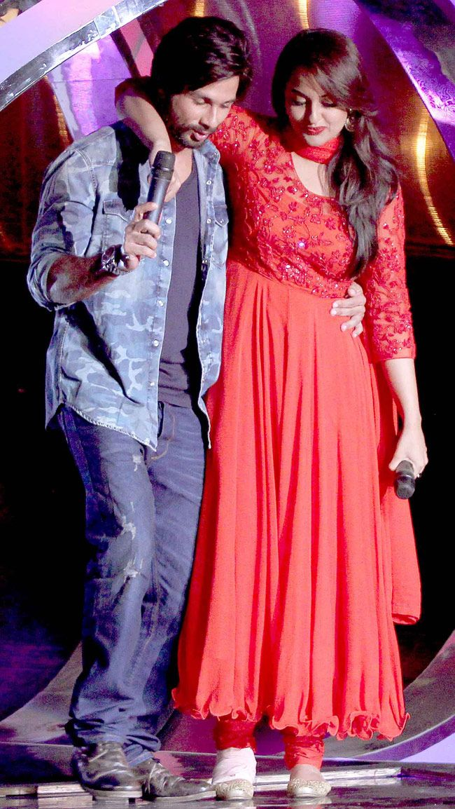 Shahid Kapoor and Sonakshi Sinha came to promote their film 'R...Rajkumar' on Dance India Dance. #Bollywood #Fashion #Style #Beauty