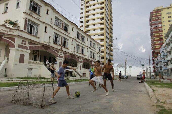 Dünya'nın neresinde olursan ol Futbolu sokakta oynarsın. Hem de minyatür kale..