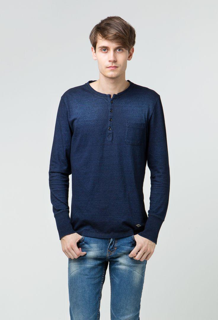 """Miliki koleksi T-shirt lengan panjang teranyar Lee Cooper Autumn/Winter 2013, """"Han""""! Atasan kasual yang memiliki potongan slim fit ini dibuat menggunakan bahan katun murni yang sangat nyaman dikenakan untuk waktu lama tanpa efek gerah. Untuk Anda yang suka bergaya geekish, tambahkan kacamata berframe besar guna melengkapi tampilan Anda. For sure, you don't want to miss this collection!"""