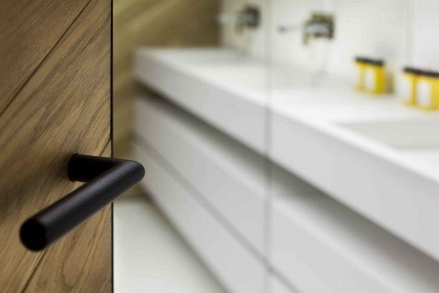 designer loft-wohnung details türklinke bad matt schwarz