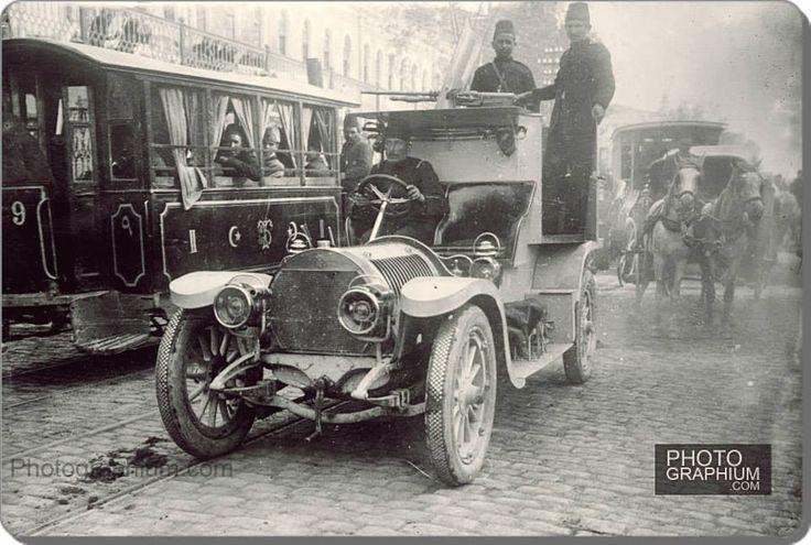 İstiklal caddesi - 1909 - (31 Mart İsyanı sırasında kullanılan bir zırhlı araç)