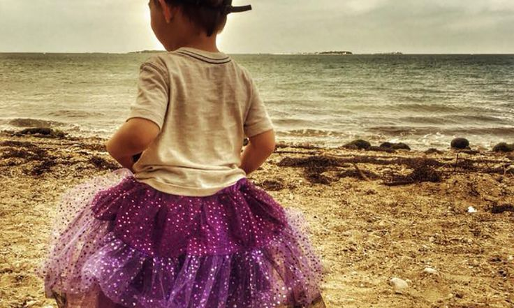 Jen Anderson Shattuckrespeita o fato de seu filho Roo, um garotinho de 3 anos, gostar de usar saias de tule. Assim, ela frequentemente sai orgulhosa ao lado da criança que usa livremente sua roupa favorita. No entanto, recentemente, na volta do parquinho, ela foi abordada por um estranho que exigiu saber o motivo pelo qual o menino e...