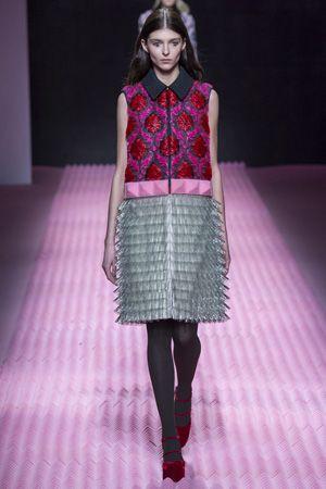 「メアリー カトランズ」華やかなヴィクトリア調とハイテク素材の融合。 ギリシャ・アテネ出身のデザイナーによるウィメンズブランド「メアリー カトランズ」は2009年秋冬ロンドン ファッション・ウィークでデビューして以降、ブランドのDNAをしっかりと築き上げてきた。ロンドンのセント・マーチン美術大学で学んだファッションテキスタイルを強みとし、フューチャリスティックなコレクションを手がけてきた一方で、ある時はアイコニックなデジタルプリントを排除し、刺繍やレース、アップリケ、織柄などのクラフトマンシップ溢れる装飾を駆使したコレクションを披露して我々を魅了してきた。また、昨年の11月には、「アディダス オリジナルス」とのコラボレートし、「アディダス オリジナルス バイ メアリー・カトランズ」を発表。英国のみならず、グローバルに人気拡大中の新進デザイナーは15-16年秋冬コレクションでも、見応えたっぷりなショーを届けた。