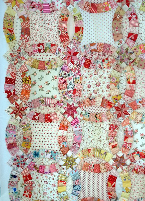 On Saturday, we visited Marcha of 'De Quilt Ster' in Kerkwerve (Zealand) to take part in a workshop and 'trunkshow' by Betty Prins. The workshop was all about a Double Wedding Ring quilt. Betty Pri…