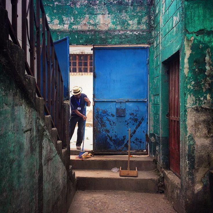 Barrendero. // Sweeper. Nebaj Quiché Guatemala. Foto: James Rodríguez (@mimundo_org) #everydayguatemala #everydaylatinamerica #everydayeverywhere #guatemala #nebaj #nebajyork #quiche #ixil #blueandgreen #azul #barrendero #verde by everydaylatinamerica