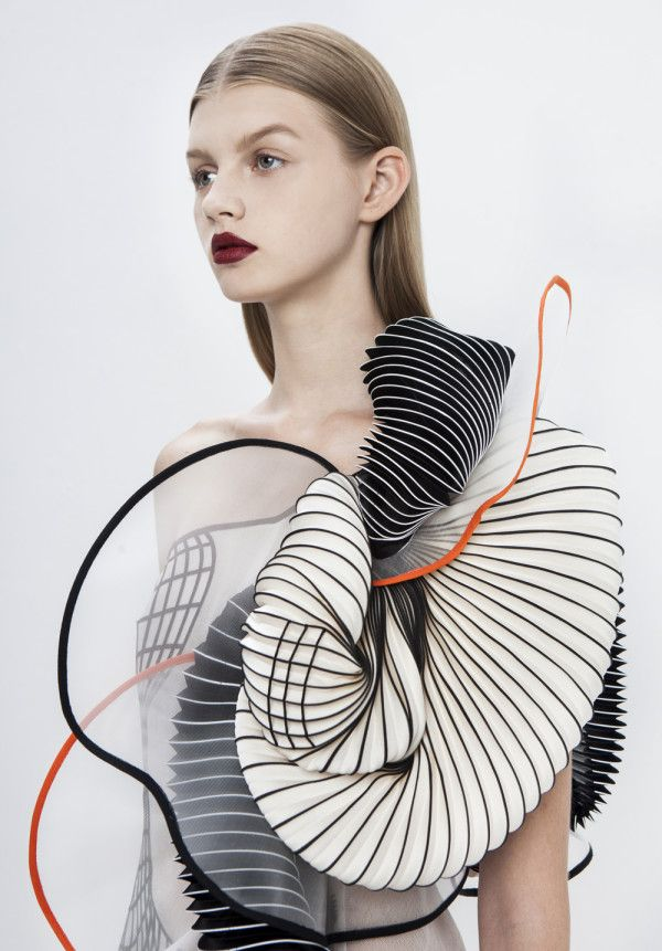 Noa Raviv created textiles with distorted grid patterns stretched across the fabric, resulting in a playful visual illusion. In addition she used 3D printed elements to make bold and intricate shapes. The digitally inspired features are juxtaposed with silhouettes influenced by classical greek sculptures.