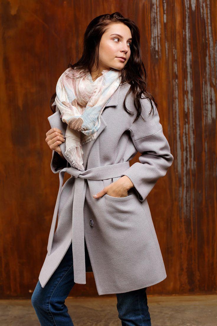 Ежедневный осенний образ стильной девушки - пальто необычного цвета (нет, это не серый, а розово-серый!) и воздушный палантин. Stylish outfit for everyday: autumn coat in an unusual color (it's not grey, it's pink grey!) and a fluffy warm scarf. | style, streetstyle, fall, girl, woman, what to wear