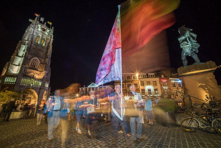 Een lichtprocessie sloot de zevenjaarlijkse kroningsfeesten af. Fotograaf Rudi Van Beek vatte post vlakbij de basiliek.-https://www.kerknet.be/kerk-leven/fotoreportage/beeldspraak-tongeren-verlicht