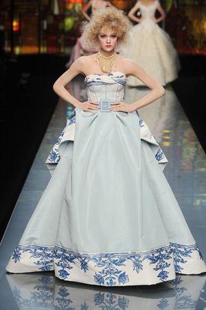 青磁器のような模様が個性的☆クリスチャン・ディオールのカラードレス♡ ハイブランドのカラードレス・花嫁衣装まとめ。