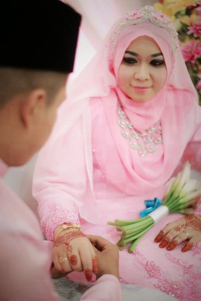 Soft pink wedding hijab :)  http://weddinghijab.blogspot.com/2015/02/set-qisha-daun-soft-pink-beads-soft.html