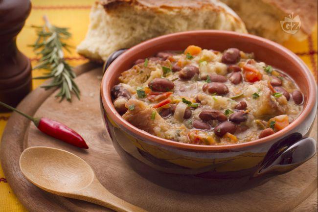 Il pancotto con i fagioli è una ricetta di umili origini, preparata con pane raffermo e fagioli borlotti.