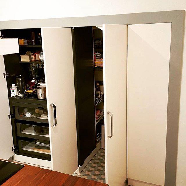 Always look on the B-side of kitchen    Lássuk a b-oldalt általában ott a lényeg, minden jó lemezen itt találhatóak a technikásabb megoldások. Ebben a munkánkban a lépcső alatti beugró igazi belső építészeti kihívás jelentett! Amit változó polc mértetekkel, kihúzható üveg fiókok és kamra rácsokkal sikerült is beépíteni! És mégis egységessé tenni a konyha kinézettét áll ajtókkal!   #konyhatervezés #whitekitchen #greykitchen #egyedibútorgyártás #konyhabutor#belsoepiteszet