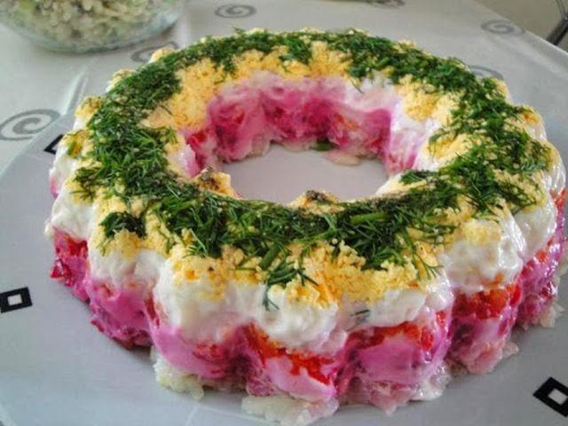 Εντυπωσιακή σαλάτα-τούρτα με παντζάρι, καρότο, πατάτα και αυγό