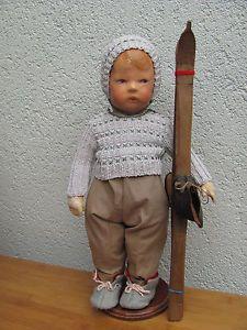 Sehr-huebscher-Skipullover-mit-Muetze-bestickt-Omas-Handarbeit-fuer-ihre-Puppe-1