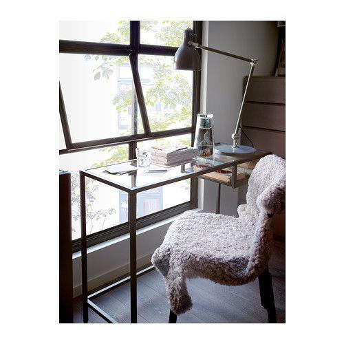 VITTSJÖ Mesa para portátil IKEA De vidrio templado y metal, dos materiales muy resistentes que dan sensación de ligereza y amplitud.