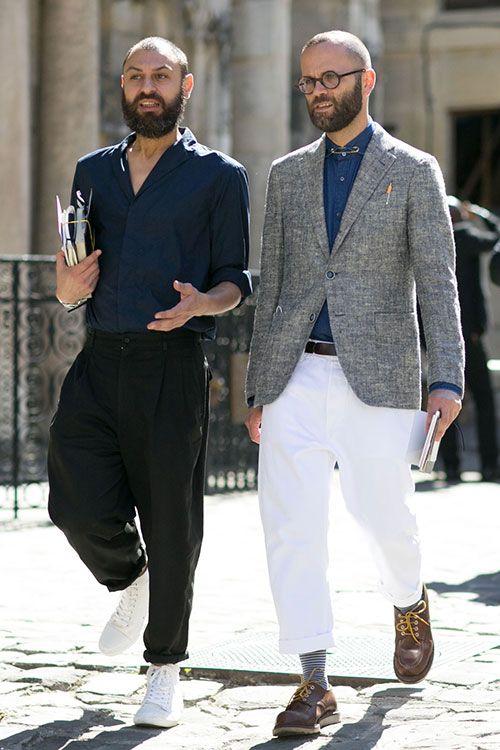 紺シャツ×黒テーパードパンツ&グレーリネンジャケット×ホワイトパンツ