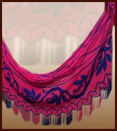 """El chinchorro y la hamaca, """"camas colgantes donde el Wayúu descansa, duerme, conversa, atiende visitas, trabaja en los tejidos, procrea y trae hijos al mundo"""", son dos tejidos fundamentales de su cultura. La diferencia entre el chinchorro y la hamaca consiste en que los chinchorros son elásticos"""