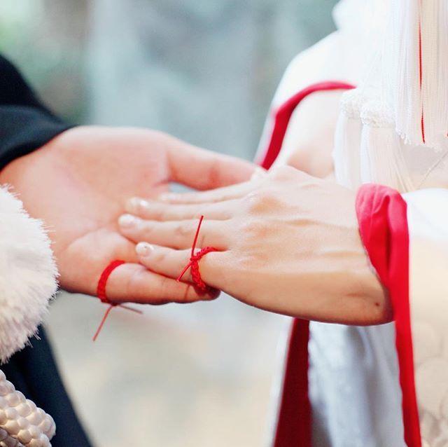 kawagoe_hikawa 「将来結婚するふたりは、生まれたときから小指と小指が赤い糸で結ばれている」 日本には、こんな美しい言い伝えがあります。 #結い紐の儀 は、目には見えない「運命の赤い糸」を確かめ合う、一生に一度の儀式です。  #川越氷川神社  #独自の儀式  #神前式  #思い出写真 川越氷川神社 2018/01/30 20:37:08