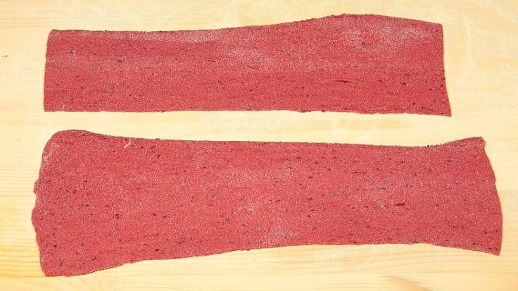 Ricetta Pasta all'uovo viola:  Come prima cosa togliete la buccia alle barbabietole, che avrete acquistato già lessate e pronte all'uso, ricavandone 400 g. Passate al mixer le barbabietole ricavandone una purea. Versate nella ciotola dell'impastatrice la farina ed il sale.
