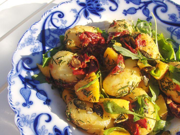 Denne salat er ikke mindre end perfekt til grillmad, og den har den fantastiske evne, at den kan stjæle al opmærksomhed fra den øvrige grillmad! ...også når flere i selskabet er altspisende.