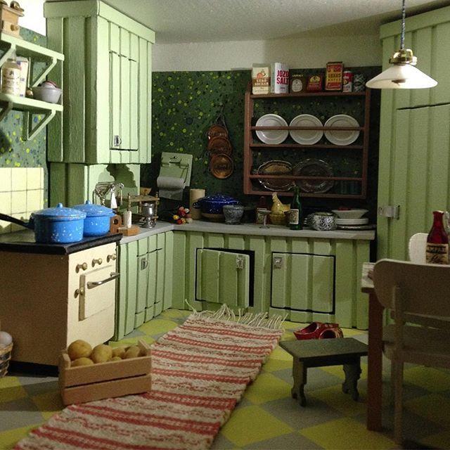 byggde mig ett drömkök av glasspinnar och spillvirke. skala 1:16. undantaget spisen och köksstolarna, annars är det mitt verk. #byggnadsvård #drömkök #retrokök #gammaldagskök #originalkök #stänkmålning #rutigtgolv #målatgolv #måladegolv #trasmatta #tallrikshylla #skomakarlampa #skafferi #pärlspont #snabelbeslag #dockskåp #dollhouse #dukkehus #nukkekoti #puppenhaus #dockskåpsrenovering #dollhouserenovation