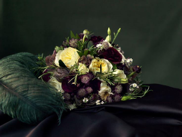 Skapa stilen… Flörta med 20-talet och våga ta ut svängarna när det gäller blomsterval och detaljer. Blanda förföriskt och lekfullt om vartannat och skapa ett glittrande universum där more is more. …